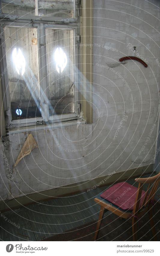 haus der oma 06 alt Haus Raum retro Stuhl Häusliches Leben Rauch verfallen Siebziger Jahre Staub Wasserdampf Spinnennetz Fensterladen veraltet old-school Lichteinfall