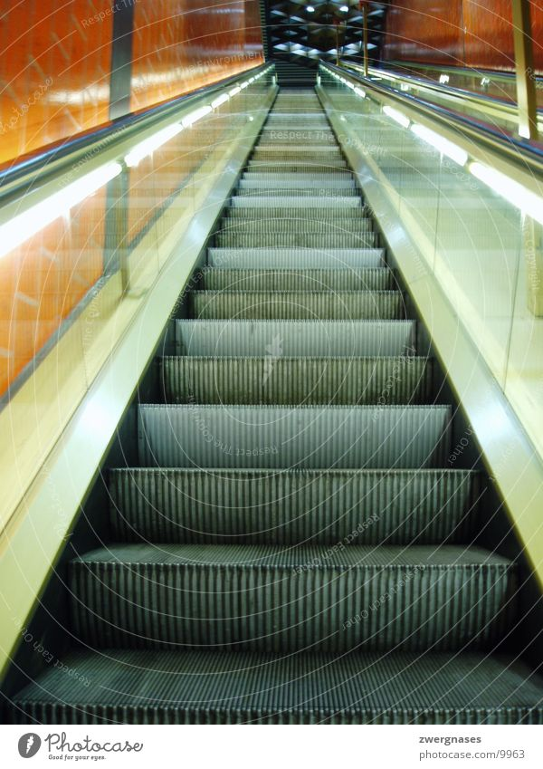 Rolltreppe U-Bahn leer Fototechnik lange treppe warten Treppe