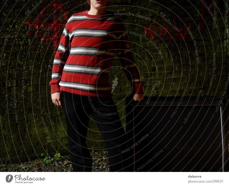 ghetto-blaster Mensch Jugendliche rot schwarz Farbe dunkel Musik dreckig Schnur Tunnel Lautsprecher Typ Pullover Kerl gestreift Höhle