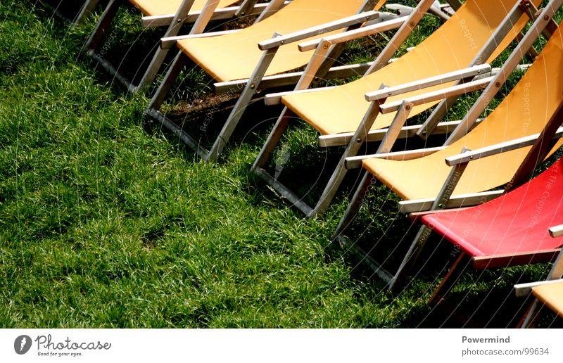 ColouredSummerSitIn Ferien & Urlaub & Reisen grün Sommer rot Erholung gelb Wiese Wetter warten Rasen Bar Gastronomie Reihe Verabredung Liegestuhl
