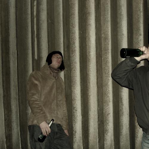 HEUTE Mann Mensch Student trinken Bewusstseinsstörung Freundschaft Wand Party Jugendliche Alkohol boys Feste & Feiern melovephotos Freude trashig Partygast