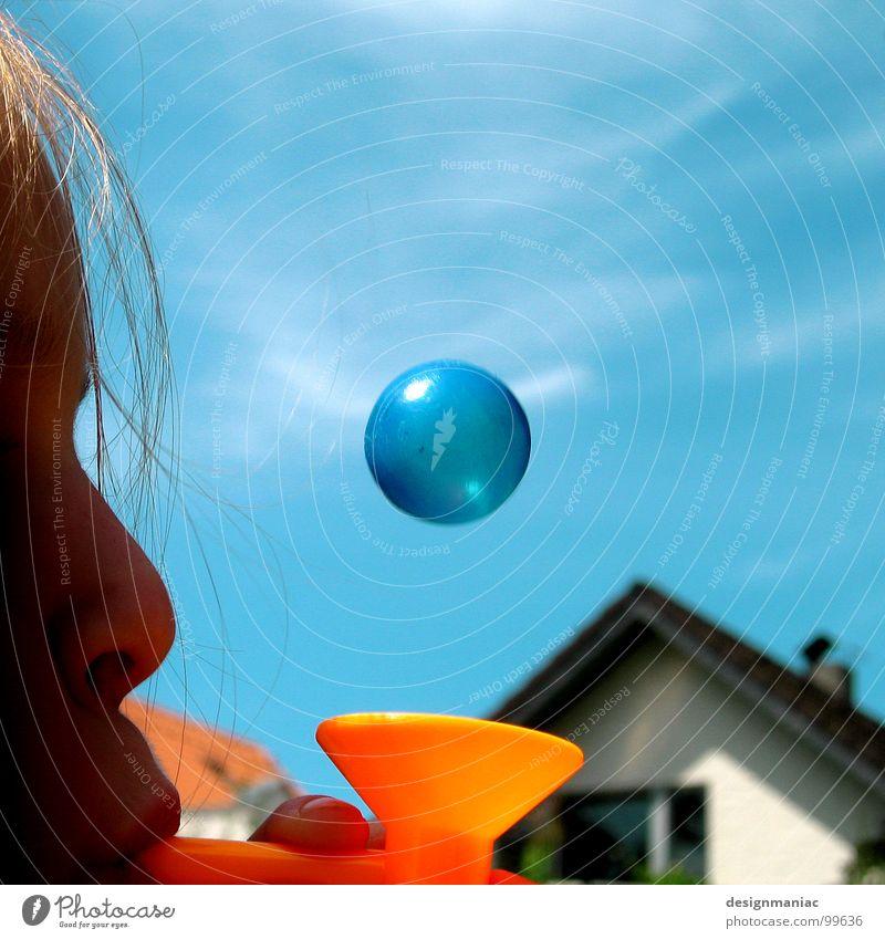 Was ist rund, klein und blau? Kind Mädchen Himmel Freude Haus Wolken Spielen Fenster Bewegung Glück Haare & Frisuren träumen Luft Erde orange