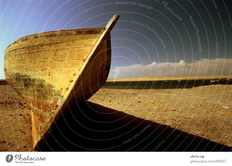 Fischerboot III Wasserfahrzeug Schrott kaputt Angeln Angler Meer Strand See gestrandet Wolken Peru Südamerika Küste Nationalpark türkis Pirat Einsamkeit Gedanke