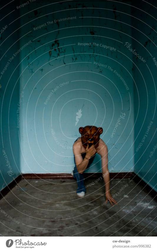 männlicher Jugendlicher mit Bärenmaske auf engen Raum Jugendkultur jugendlicher Oberkörperfrei Jeanshose Maske Mensch Farbfoto 18-30 Jahre Coolness Junger Mann