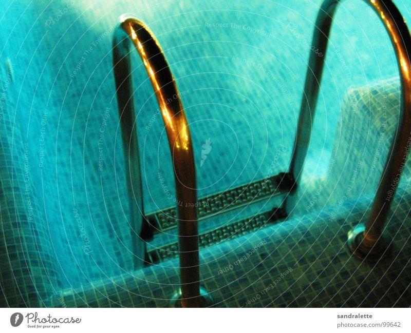 einladend? Schwimmbad Ferien & Urlaub & Reisen kalt nass Sommer Nacht dunkel Wasser blau bäulich hell Abend Leiter Treppe
