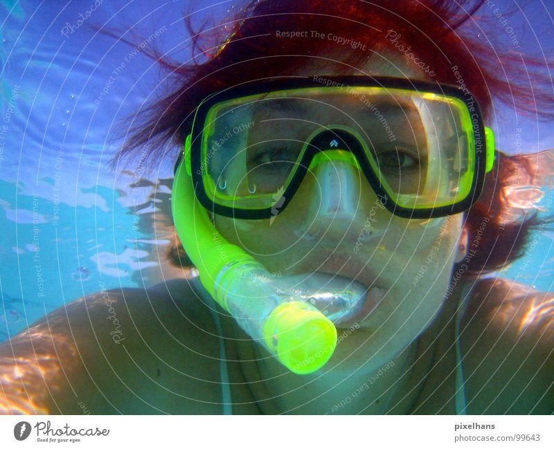 WAS GUCKST DU???? gelb Schnorcheln rothaarig Mundstück Indischer Ozean Meer Luft atmen Frau Oberfläche Reflexion & Spiegelung Licht Wassersport blau