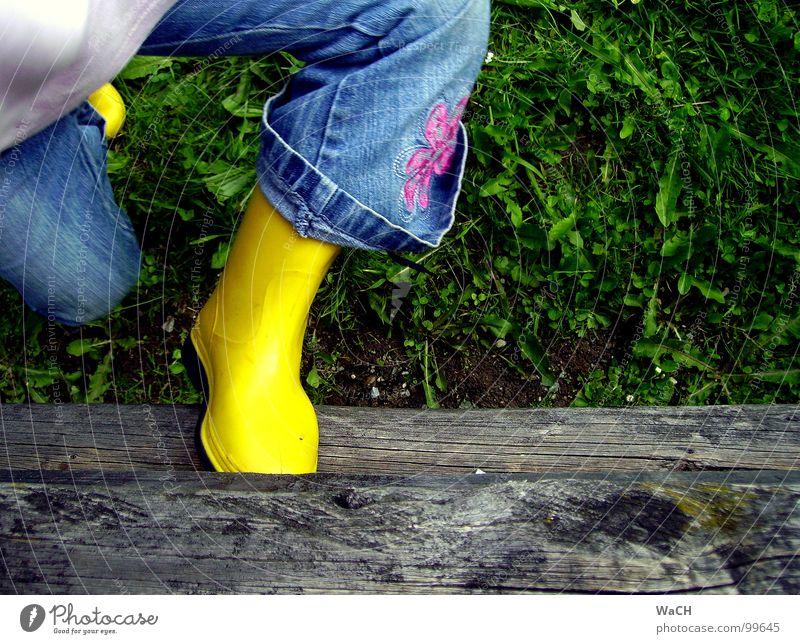 Wenns mal wieder regnet Gummistiefel Stiefel Regen Zaun Holz grün Kind Garten Park Kleinkind Schutzdach Rasen children Regenschuhe Zaunbretter