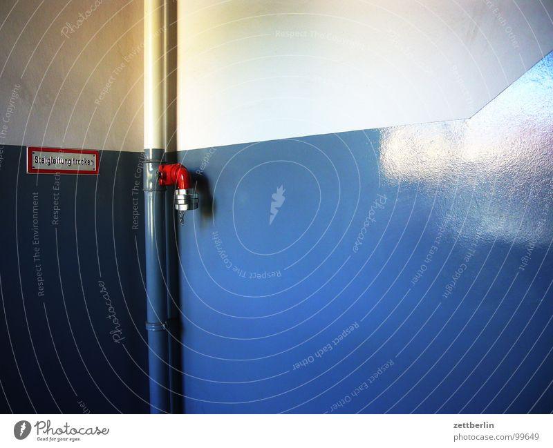 Treppenhaus Wand Haus Bürogebäude glänzend Fett vertikal Fallrohr Abwasser Ventil Zuleitung Ableitung trocken Detailaufnahme Gebäude abgang ölsockel Lack