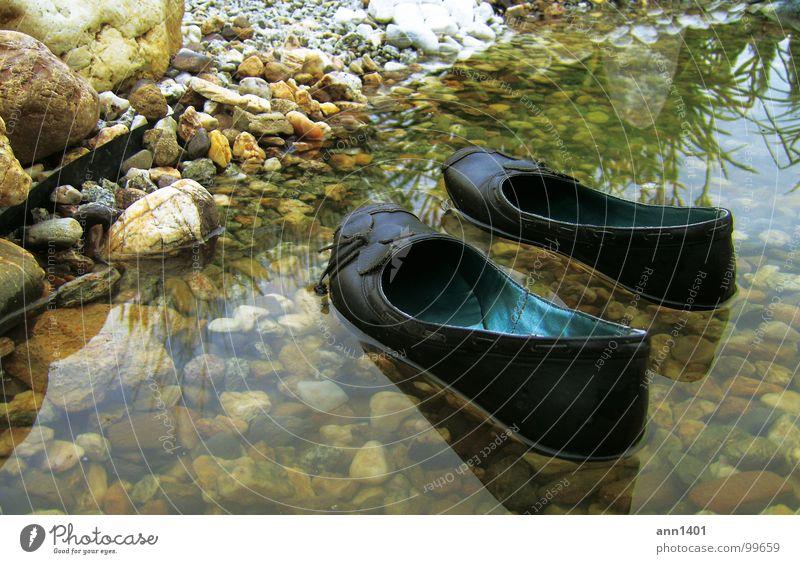mini-boote legen an II Schuhe Wasserfahrzeug Bach Reflexion & Spiegelung Im Wasser treiben ankern Sommer Kühlung Strand Teich ertrinken Fluss Küste Felsen Stein