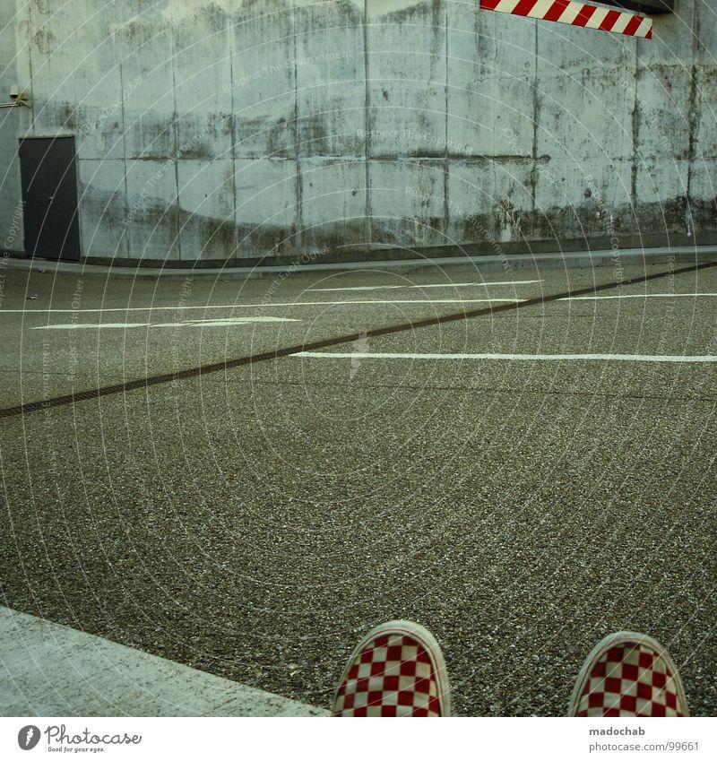 CHAMÄLEON-MAN RETURNS Stadt Straße Architektur Tür Schuhe Beton Bodenbelag Streifen Kommunizieren Zeichen Konzentration Pfeil Quadrat Zauberei u. Magie graphisch Garage