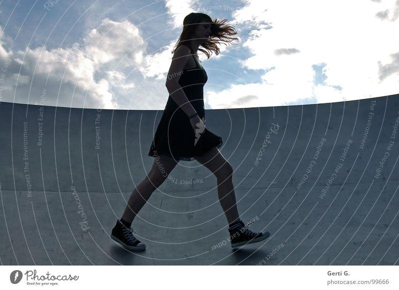 perfekter Halt Frau Mensch Himmel schwarz Wolken dunkel Gefühle grau Beine Metall gehen Wind Perspektive Bodenbelag Kleid dünn