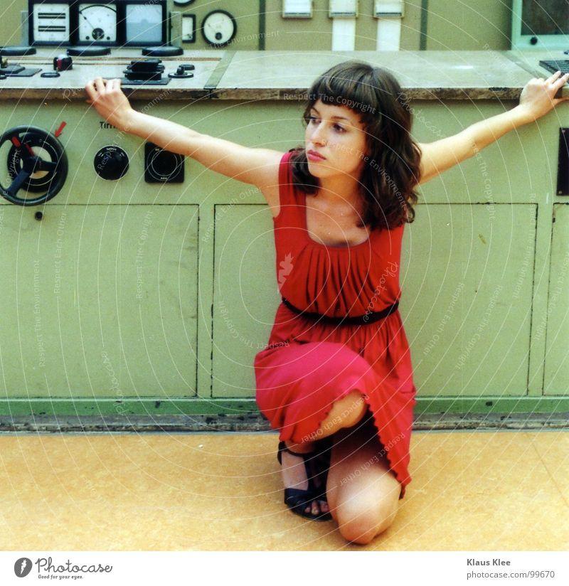 TO PLAY WITH THE BOMB :::. Frau süß Kleid rot fantastisch Lampe Tisch Dach diffus Porträt Mensch Atombombe töten Bombe Schalter Rad Knöpfe Elektrizität heizen