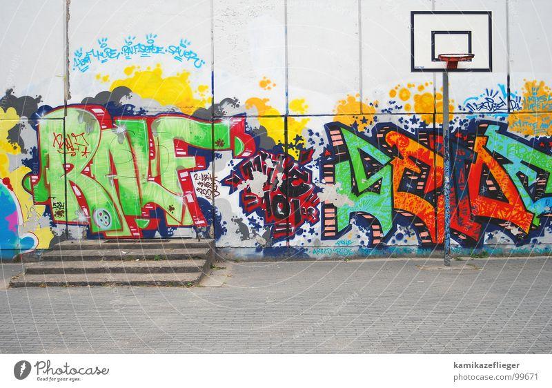 streetball Wand Ballsport Korb Basketballkorb mehrfarbig grell Spielen Freude Verkehrswege Treppe Schulhof Graffiti streetballplatz ralf Leben Berlin Farbe