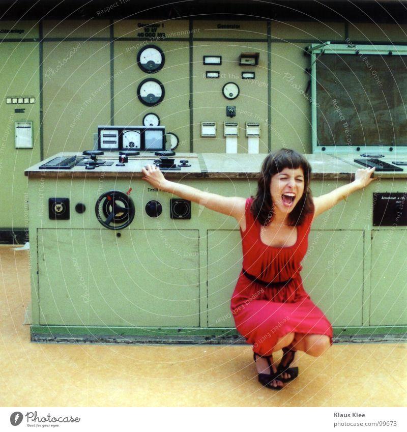 TO PLAY WITH THE BOMB ::::. Katze Mensch Frau Jugendliche grün rot Freude Wärme sprechen Bewegung lustig Gras Spielen Zeit Lampe gehen