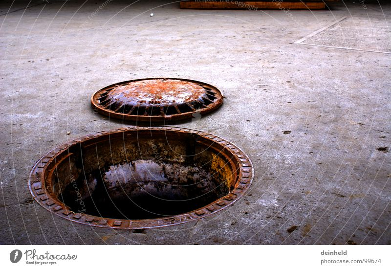 Rostig... Wasser dreckig offen Bodenbelag verfallen Verkehrswege Gully schleimig Abwasser Schleim Kanalisation
