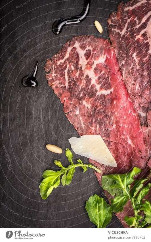 Carpaccio mit Parmesan, Rucola, Pinienkernen und Balsamico. Lebensmittel Fleisch Käse Salat Salatbeilage Kräuter & Gewürze Öl Ernährung Mittagessen Festessen