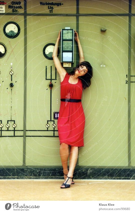 TO PLAY WITH THE BOMB ::::: Frau süß Kleid rot fantastisch Lampe Tisch Dach diffus Porträt Mensch Atombombe töten Bombe Schalter Rad Knöpfe Elektrizität heizen