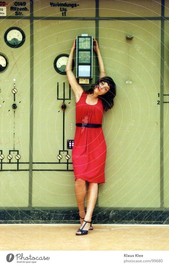 TO PLAY WITH THE BOMB ::::: Mensch Frau grün rot Freude Wärme Bewegung lustig Gras Spielen Zeit Lampe gehen Erde Raum Angst