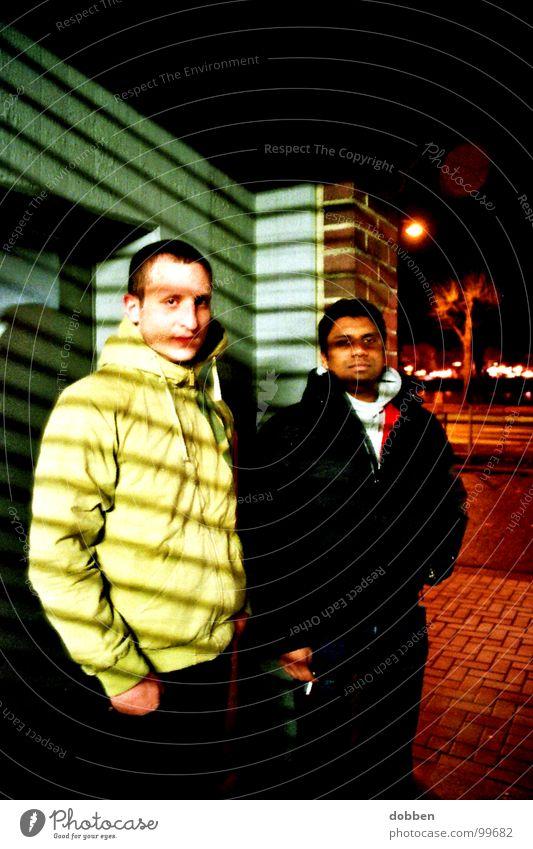 ...und Kippe planlos unterwegs Mann Nacht Außenaufnahme Porträt Schurke Streifen gefährlich Elendsviertel Stadt kalt Zigarette Hand Tasche stehen 2 Spaziergang
