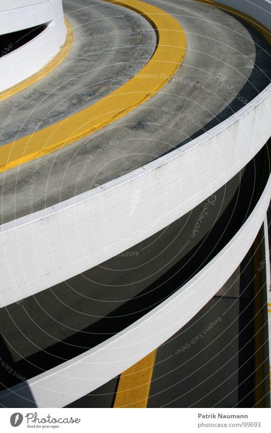die Auffahrt Asphalt Beton Parkhaus gelb grau weiß parken Gebäude Detailaufnahme building park area Straße street Kontrast Außenaufnahme
