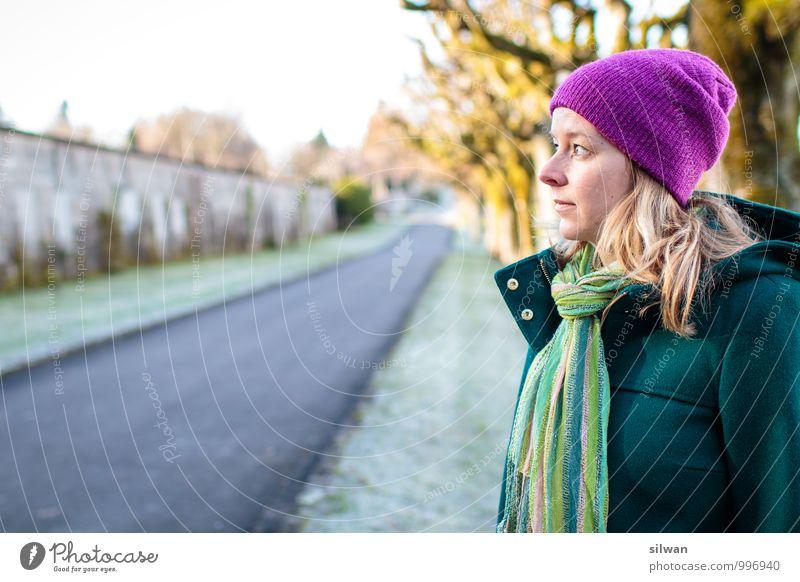 unsicher? feminin Junge Frau Jugendliche 1 Mensch 30-45 Jahre Erwachsene Sonnenlicht Winter Schönes Wetter Park beobachten Denken frieren Blick träumen