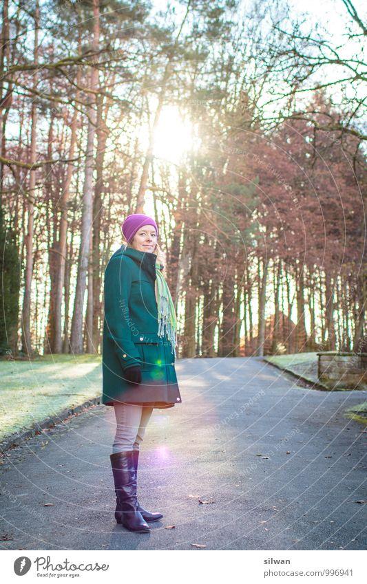 *bling* Mensch feminin Junge Frau Jugendliche 1 30-45 Jahre Erwachsene Sonne Sonnenaufgang Sonnenuntergang Sonnenlicht Winter Baum Park stehen leuchten warten