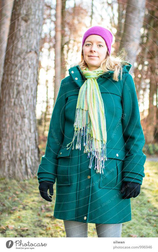 Waldfrau ;) feminin Junge Frau Jugendliche 1 Mensch 30-45 Jahre Erwachsene Mode Mantel Schal Mütze blond langhaarig Coolness Glück schön modern schwanger grün