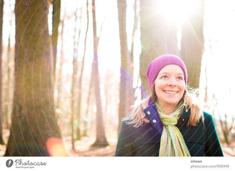 *lach* ich wurde lens-ge-flare-t Mensch Jugendliche schön weiß Sonne Baum Junge Frau Winter gelb Erwachsene feminin grau lachen Zufriedenheit leuchten gold