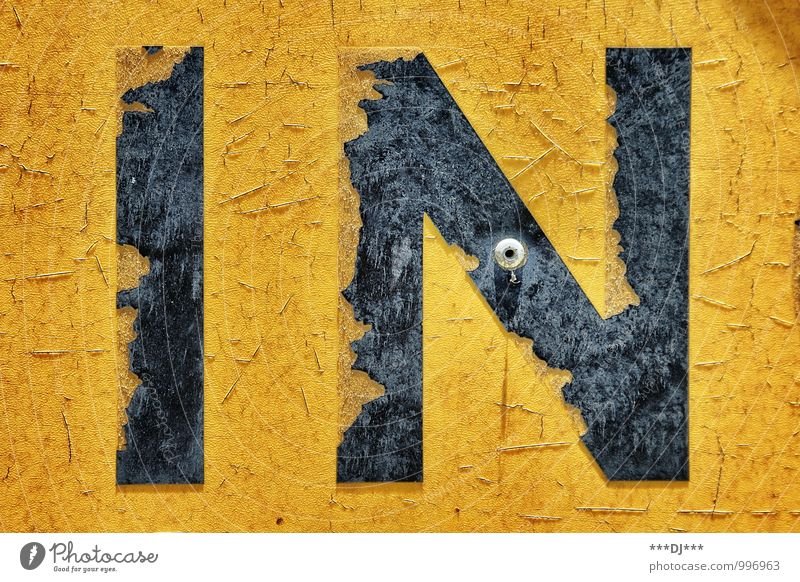 IN gelb und schwarz |IN yellow and black alt Stil Holz Lifestyle Kunst Stein Metall Design dreckig Schilder & Markierungen Schriftzeichen Hinweisschild retro