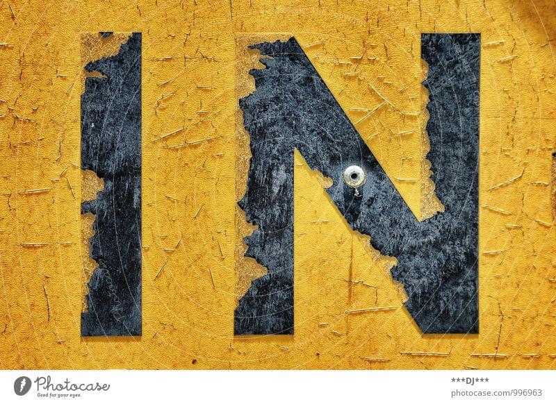 IN gelb und schwarz |IN yellow and black Lifestyle Stil Design Industrie Kunst Kunstwerk Medien Stein Holz Metall Stahl Rost Kunststoff Zeichen Schriftzeichen