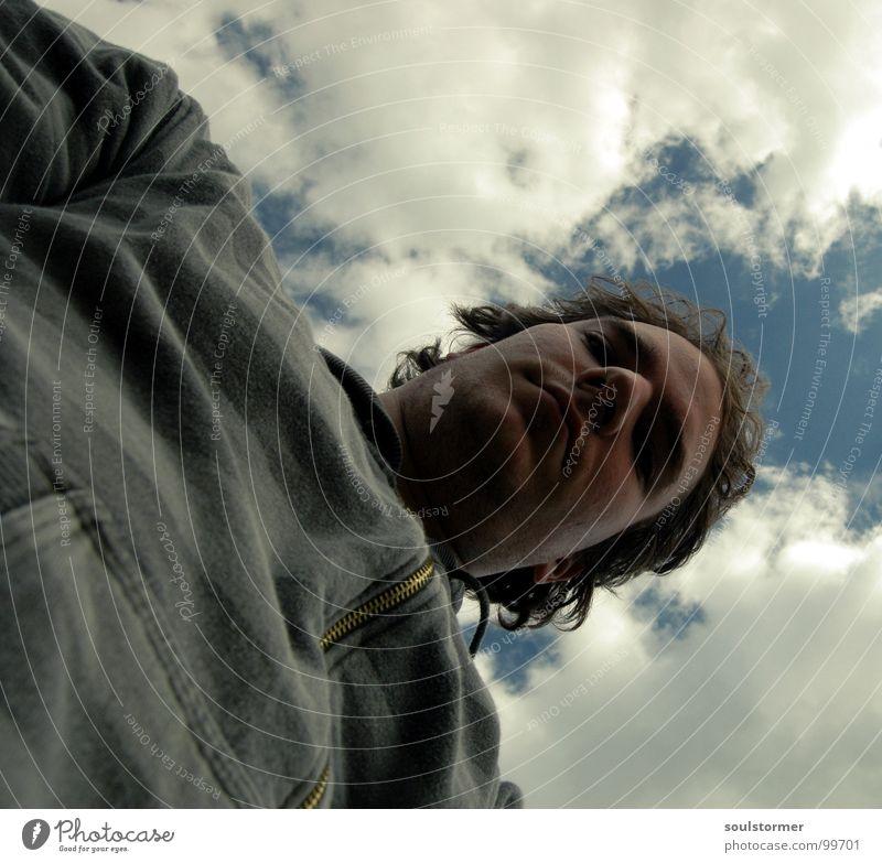 von unten Mensch Mann Jugendliche Himmel weiß grün blau Wolken dunkel Arbeit & Erwerbstätigkeit Kopf Streifen außergewöhnlich Müdigkeit Jacke Langeweile