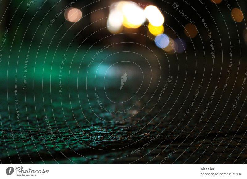 nachts | lichter Licht Straße Außenaufnahme Laterne Straßenbeleuchtung Boden Regen Regenwasser kalt Straßenkreuzung Wegkreuzung Pflastersteine Kopfsteinpflaster