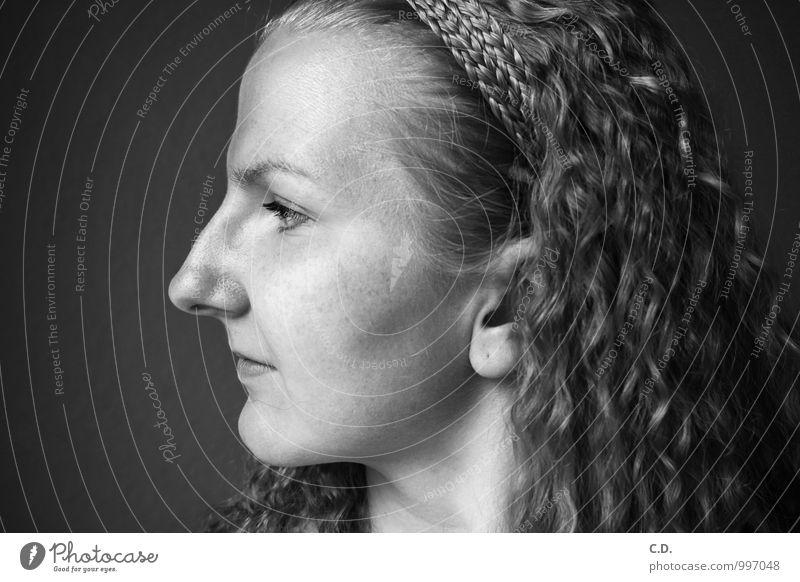 schön ist anders! Jugendliche weiß Junge Frau 18-30 Jahre schwarz Erwachsene Gesicht Denken authentisch blond Gesichtsausdruck Locken langhaarig hässlich