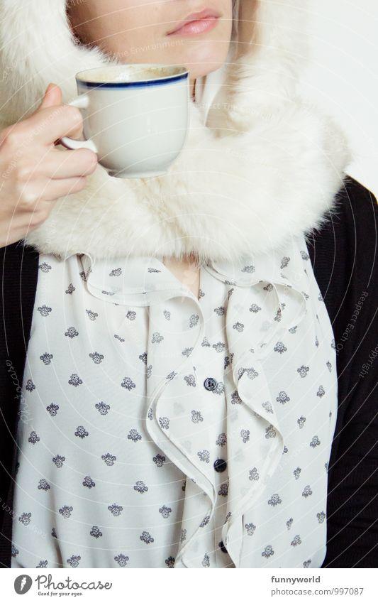Kaffee mit Pelz Mensch feminin Junge Frau Jugendliche Erwachsene Mund 1 18-30 Jahre trinken Tee verrückt lustig Fell Mütze Bekleidung festhalten Bluse elegant