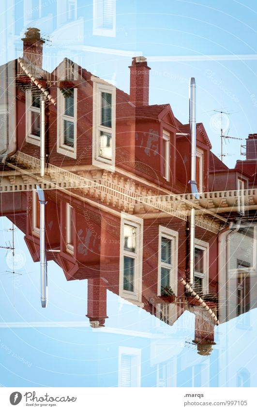 Fassade Haus Fenster Architektur Stil Gebäude außergewöhnlich Häusliches Leben Perspektive verrückt einzigartig Dach Bauwerk Wolkenloser Himmel Irritation