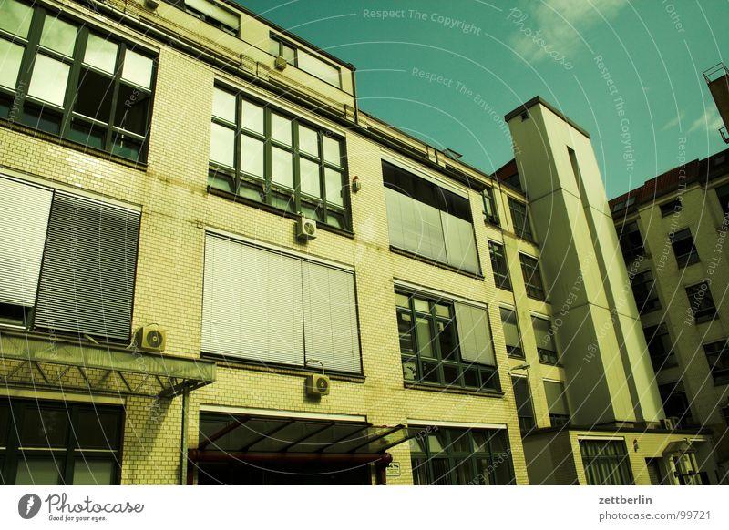Bürobote {m} = office messenger Himmel Haus Fenster Architektur Etage Handwerk 8 Bürogebäude Jalousie Rhythmus Fahrstuhl Fahrstuhlschacht