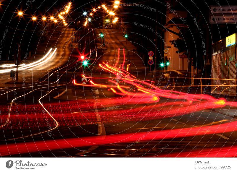 Tempo der Nacht Licht Leuchtspur Langzeitbelichtung Eile Strase Geschwindigkeit PKW