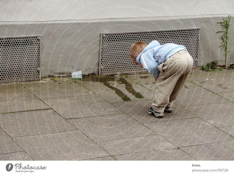 Jugend forscht Blick Becher Bildung Wissenschaften Kind Straße Flüssigkeit Wand bücken untersuchen Plastikbecher hell-blau ausgelaufen umgefallen