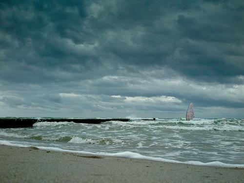 Stormrider Himmel blau Wasser Meer Wolken Strand dunkel Küste grau Wetter Kraft Wellen Wind Erfolg frei nass