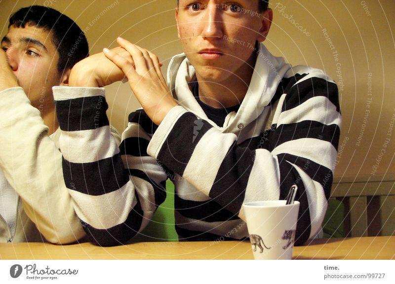 Scrutinizing Blick Freundschaft Jugendliche Auge Hand Finger Kraft Ehrlichkeit zögern Licht & Schatten Gesichtsausdruck abstützen offen Tischkante Bank