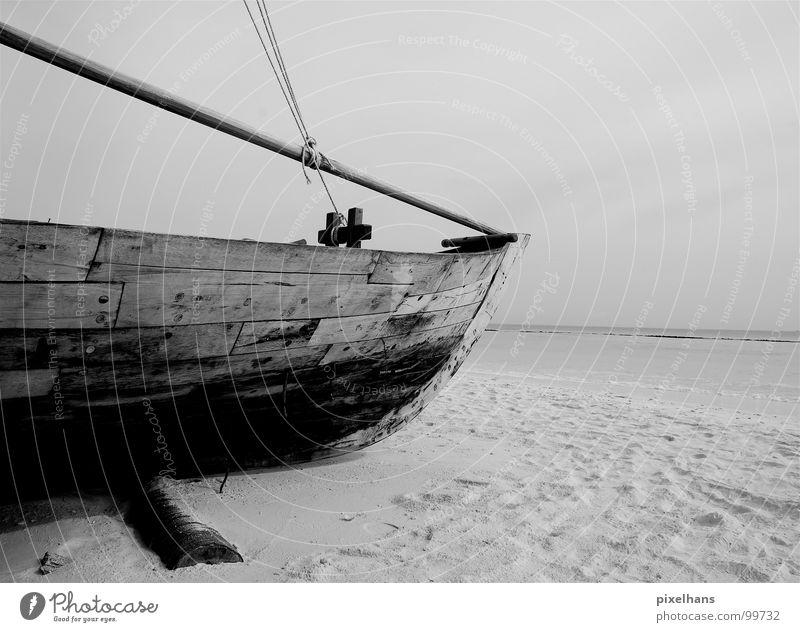 Wann kommt die Flut? Sommer Strand Meer Seil Sand Wasser Himmel Wetter Regen Küste Wasserfahrzeug Holz dunkel grau schwarz weiß Schiffsplanken banal