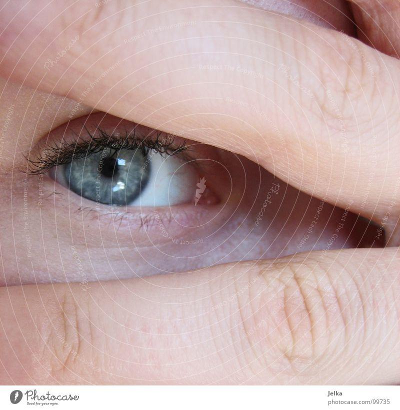 versteckspiel Mensch Frau blau Hand Gesicht Erwachsene Auge 2 Finger Wimpern Blick