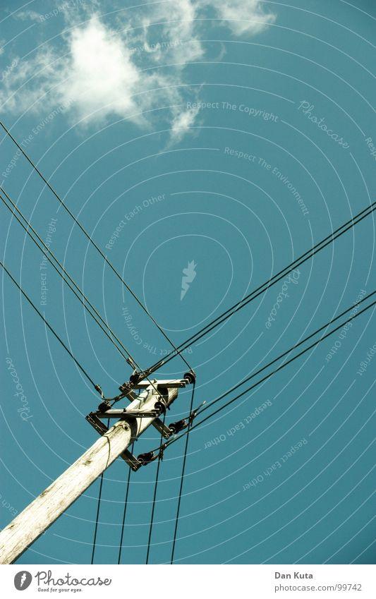 Heavy on wire Himmel blau Wolken Holz hoch Industrie Aktion Elektrizität offen dünn Mitte unten Strahlung Strommast Geometrie edel