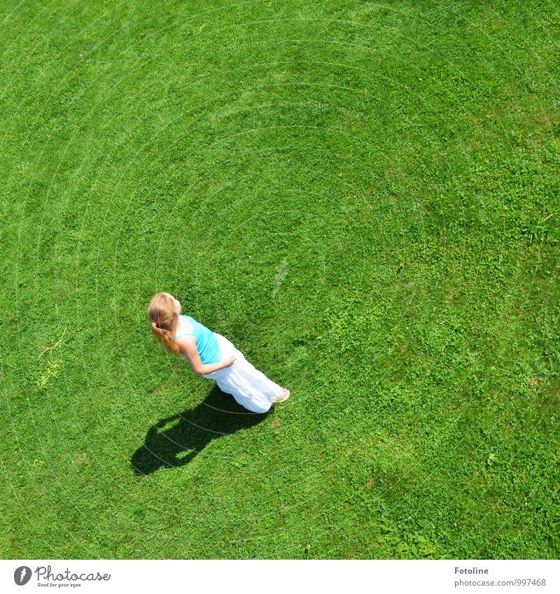 Rechts? Links? Rechts? Links? Mensch feminin Mädchen Kindheit 1 8-13 Jahre Umwelt Natur Pflanze Sommer Schönes Wetter Wärme Gras Garten Park Wiese blond hell