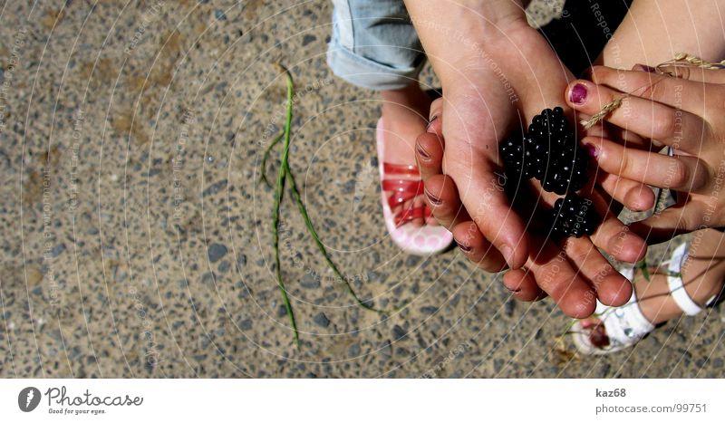Ausbeute Hand weiß Sommer schwarz Straße Wege & Pfade Fuß Freundschaft Schuhe Zusammensein Feld Hintergrundbild Frucht 3 Finger süß