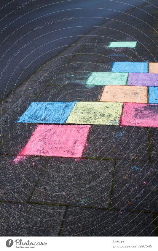 Farbe ins Spiel bringen Farbe Freude Graffiti Wege & Pfade authentisch Kindheit Freundlichkeit Bürgersteig Quadrat positiv Kinderspiel Kreidezeichnung Strassenmalerei