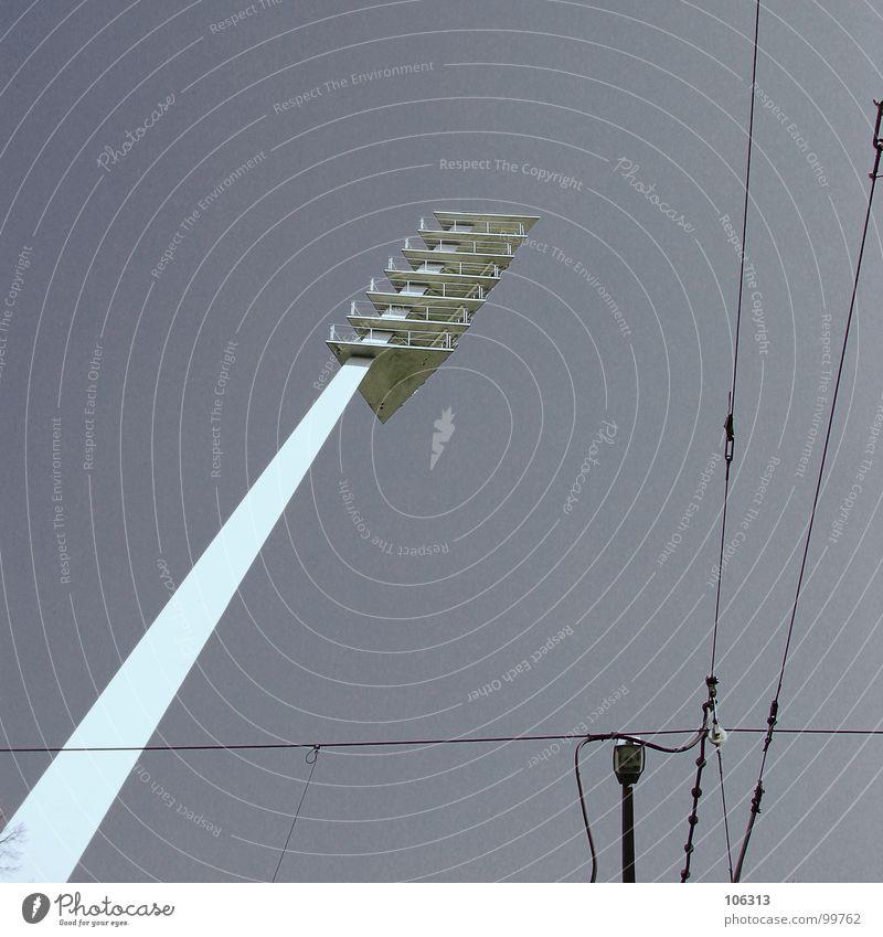 STERBENDE GIRAFFE Himmel alt Architektur Lampe Linie Metall Energiewirtschaft Elektrizität historisch Kabel Industriefotografie Stahl Gesellschaft (Soziologie)