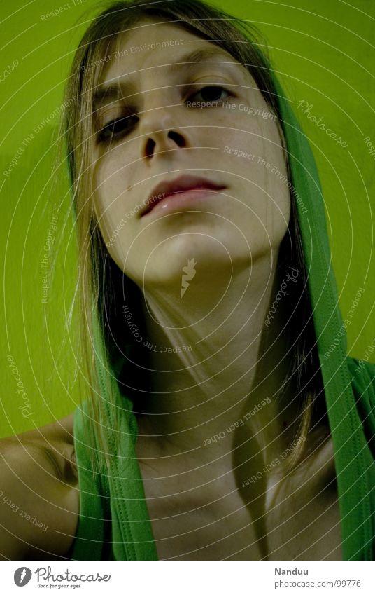 Arroganz in grün Frau Mensch Jugendliche schön Farbe Mund blond Erwachsene verrückt Macht Coolness Lippen unten Langeweile abwärts