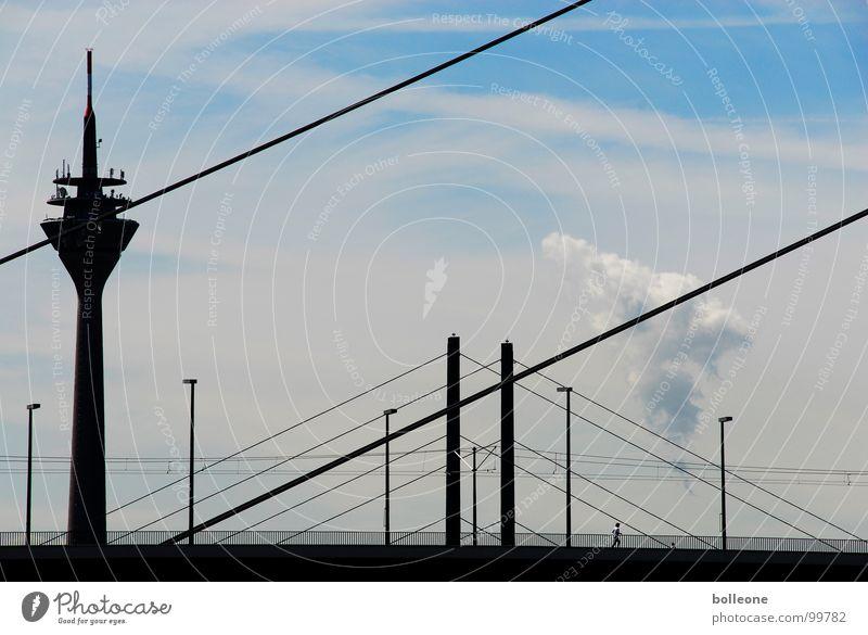 Der Jogger Stadt Verkehr Stadtleben Wolken Arbeit & Erwerbstätigkeit Joggen Medien Freizeit & Hobby Brücke Sommer Himmel Linie Hillem Düsseldorf Kontrast Straße