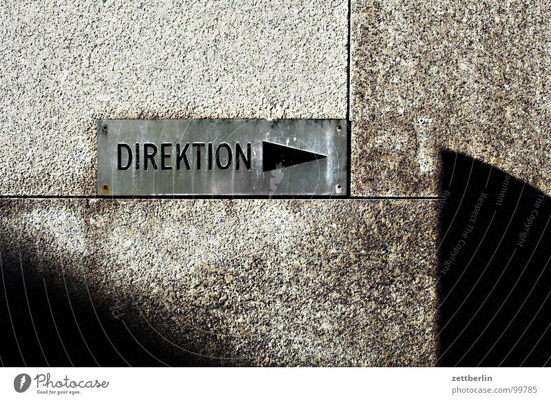 Direktion Kunst Architektur Schilder & Markierungen Macht Information Pfeil Zeichen Richtung 8 Wegweiser Schraube Hochmut Fuge Vorgesetzter Verwaltung schrauben